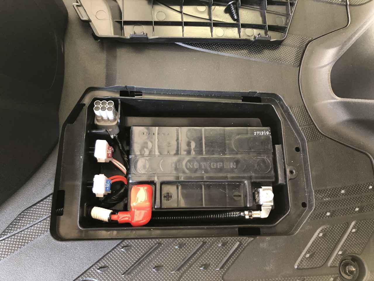 画像: バッテリーは標準的なMF鉛バッテリーをフットボード下に配置。ネジで簡単に開閉でき、低重心化にも貢献します。