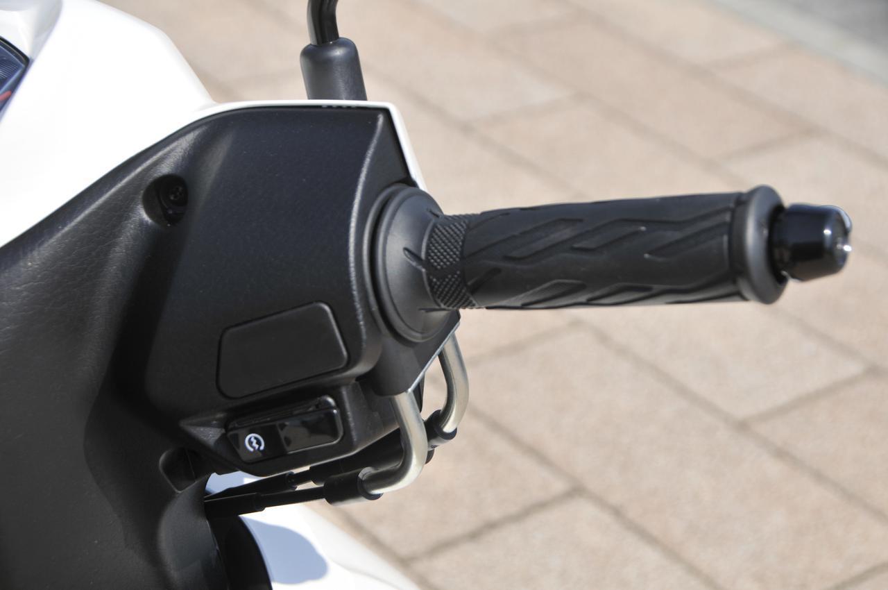 画像: ハンドル右側はセルスターターボタンのみのシンプル設計。バーエンドタイプのグリップがとても握りやすくて疲れにくいですね。