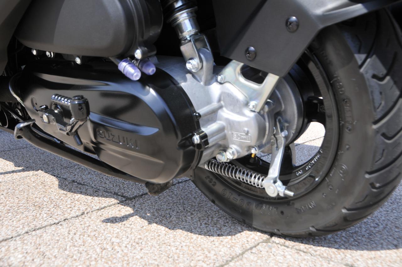 画像: エンジンとCVTユニットをスイングユニット式で連結するリアタイヤは、10インチのアルミホイールとドラムブレーキの組み合わせ。ドライでもウェットでも確実にグリップしてくれるチェンシン製のタイヤが採用されました。