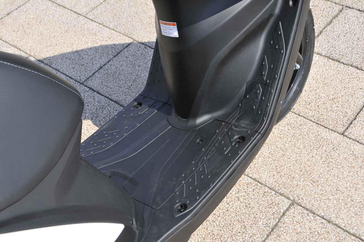 画像: 足を置くフロアボードのフロアスペースは中央の一番狭い部分でも250mmと広く、足を伸ばしたスタイルでも、曲げたスタイルでもどちらもOK。フラットな形状なので乗り降りがしやすく、足を置く位置の自由度も高いですね。
