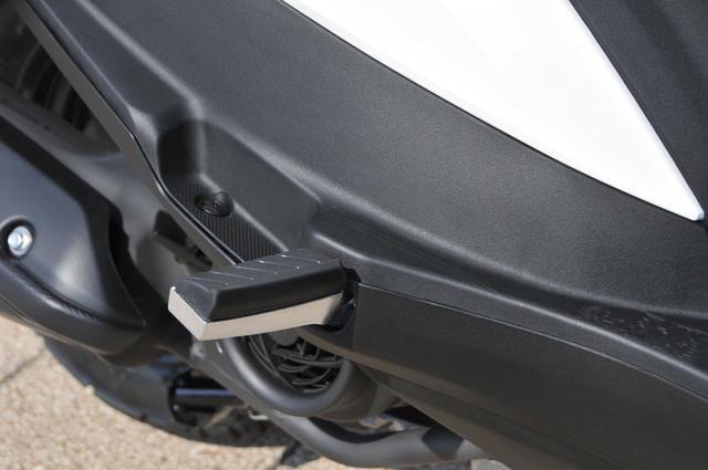 画像: 前方へ引っ張り出すタイプのタンデムステップは、しっかりと厚みがあって足が置きやすいうえに、カカトで車体を挟みやすいのでパッセンジャーも乗りやすい形状になっています。