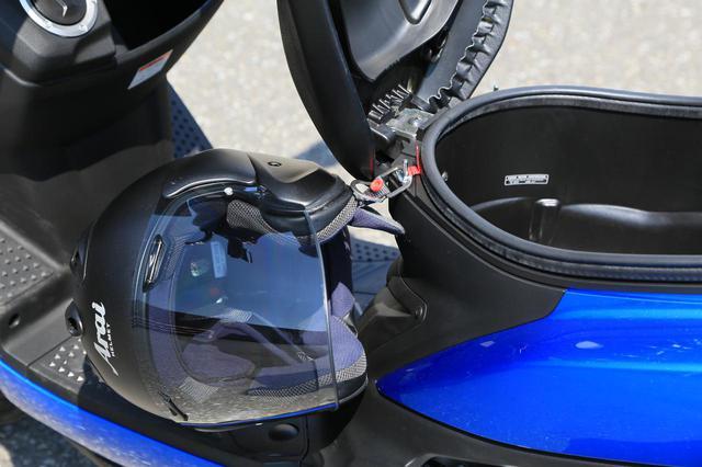 画像: 反対側にもヘルメットを引っかけることができます。
