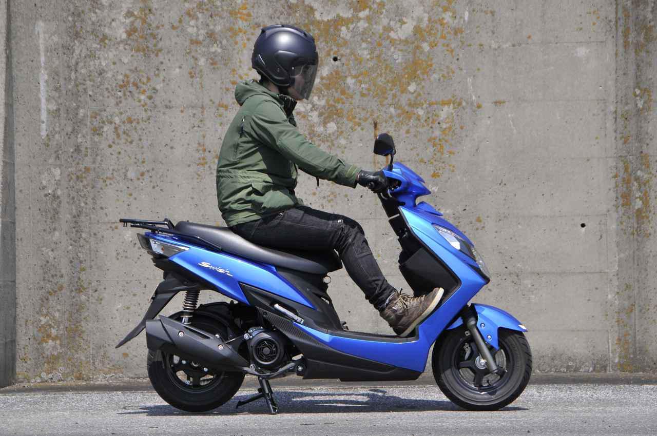 画像1: スズキでいちばん豪華な原付二種125ccスクーターの足つき性と装備って?【穴が空くまでスズキを愛でる/スウィッシュ 試乗インプレ①】