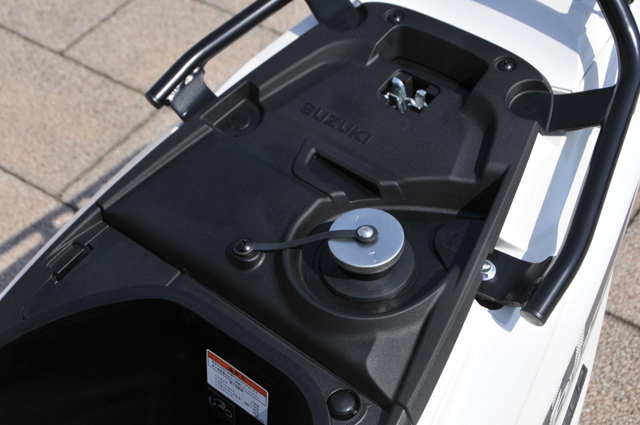 画像1: ガソリン給油口はシート下に配置されています。イグニッションキーでシートをワンタッチ開閉できるので給油がラクなんです。