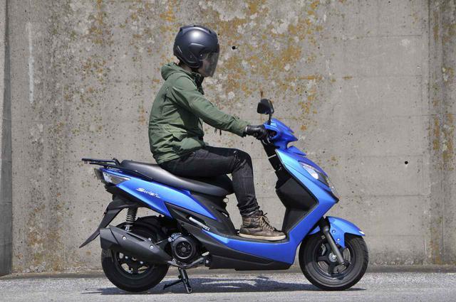 画像2: スズキでいちばん豪華な原付二種125ccスクーターの足つき性と装備って?【穴が空くまでスズキを愛でる/スウィッシュ 試乗インプレ①】