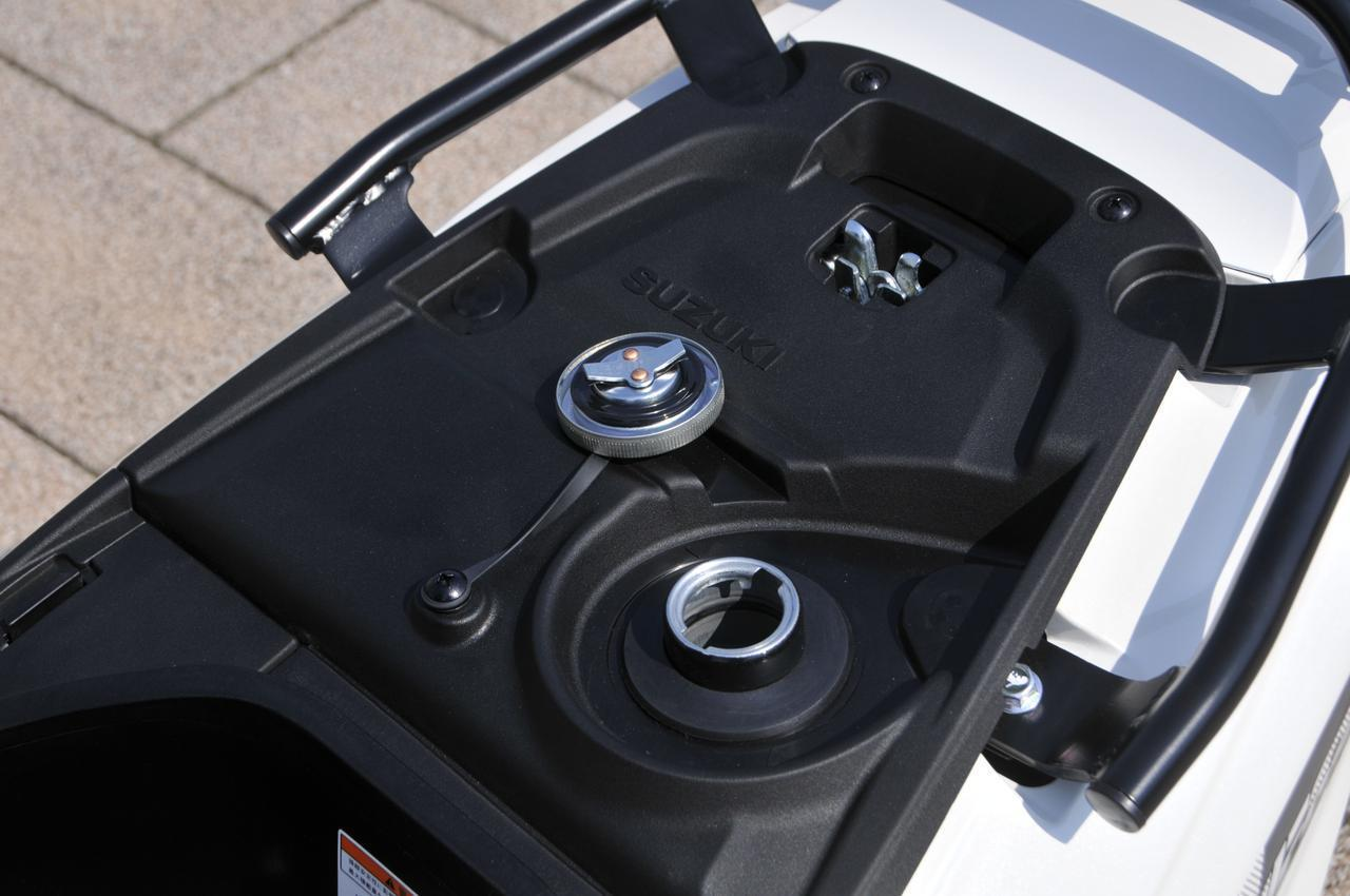 画像2: ガソリン給油口はシート下に配置されています。イグニッションキーでシートをワンタッチ開閉できるので給油がラクなんです。