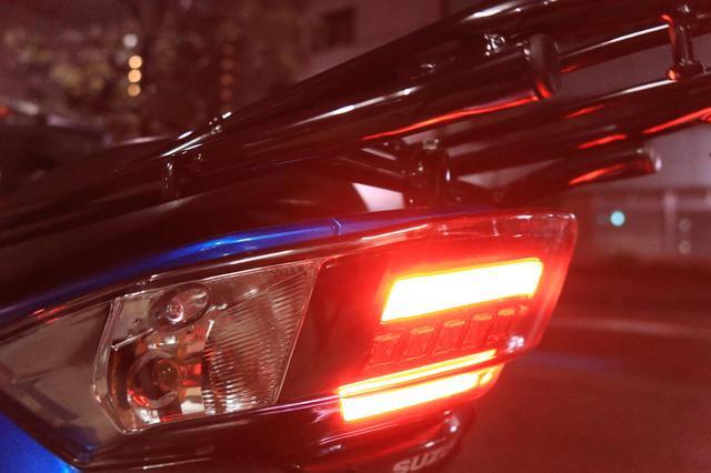 画像: 走行中は常時発光しているテールランプ。