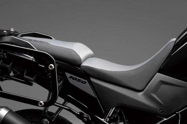 画像: 知ってた? 新型『Vストローム1050』には、シート高をマイナス30mmの秘策アリ! スズキのバイク!