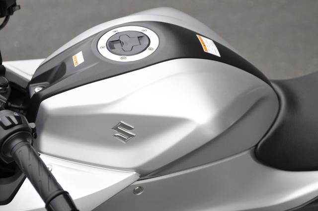 画像: ジクサーSF250の燃費や航続距離は?