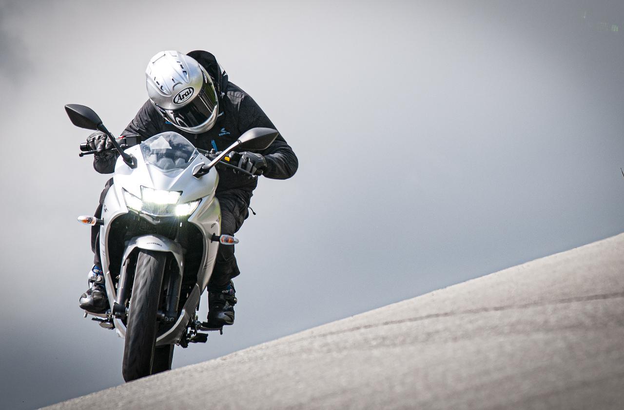 画像2: だけどバイク初心者には優しいジクサーSF250