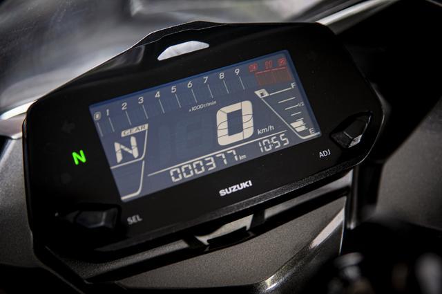 画像: フルデジタルメーターはネガ表示。シンプルで過不足の無い機能が揃っています。