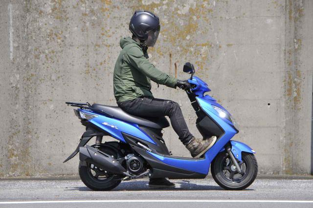 画像: スズキでいちばん豪華な原付二種125ccスクーターの足つき性と装備って?【穴が空くまでスズキを愛でる/スウィッシュ 試乗インプレ①】 - スズキのバイク!