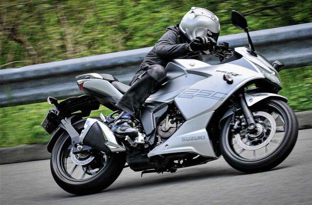 画像: コーナーでは大胆に。ジクサーSF250なら初心者から大型バイク乗りまで楽しめる! - スズキのバイク!