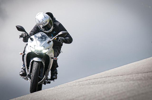 画像: 正規日本仕様の『ジクサーSF250』に乗ったら、250cc最高のコスパ感に震えた - スズキのバイク!