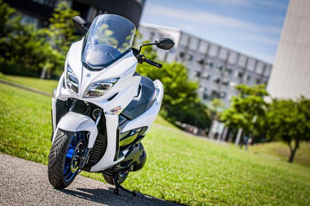 """画像1: ビッグスクーターならではの良さを残しつつ、コンパクトになった新しい""""400cc""""のバイク"""
