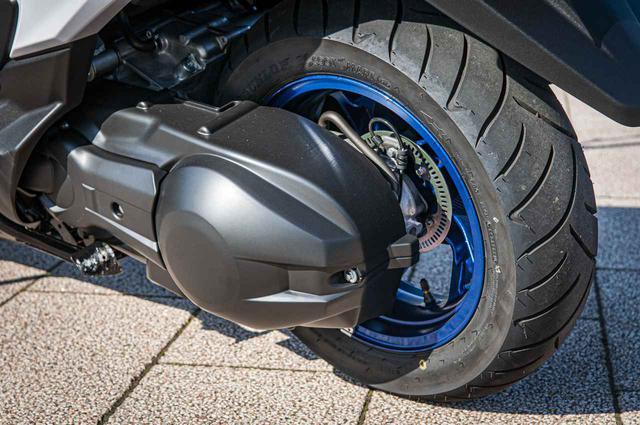 画像2: ③旋回性も直進安定性も高いフロント15インチタイヤ