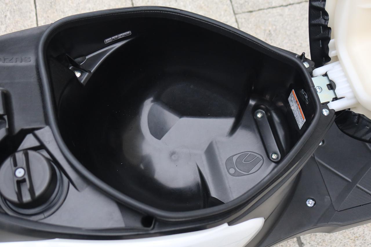 画像: スズキ・レッツのシート下収納スペース