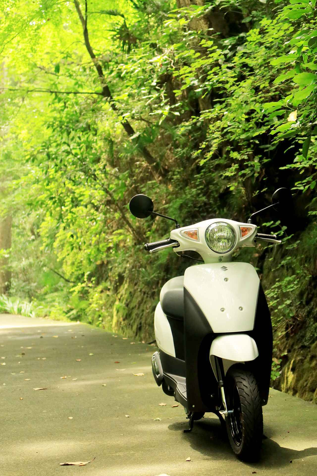 画像2: スズキ『レッツ』で鎌倉散歩! バイク初心者必見。 50cc原付スクーターのメリットやデメリットは?【穴が空くまでスズキを愛でる/レッツ 試乗インプレ⑥】