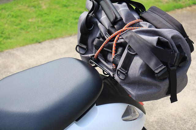 画像: 幅50cmくらいまでのバッグなら安心して積載できます。