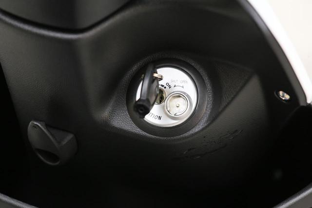 画像: 右に回せばイグニッション・オン。左に回すとシートが開きます。押し込んで左に回せばハンドルロックが可能。
