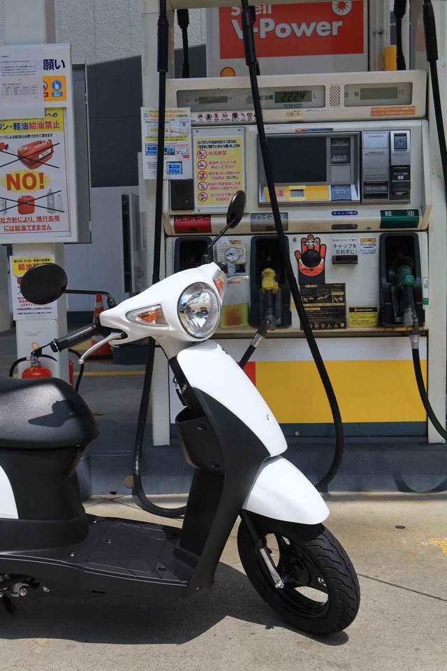 画像1: 原付スクーターってこんなに燃費いいの!? スズキの50ccバイク『レッツ』に10日間乗って明らかになったこと【穴が空くまでスズキを愛でる/レッツ 試乗インプレ③】