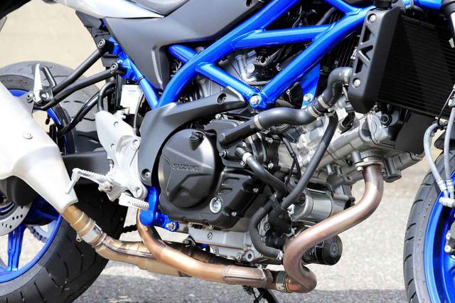 画像: エンジンは水冷4ストDOHC4バルブV型2気筒。