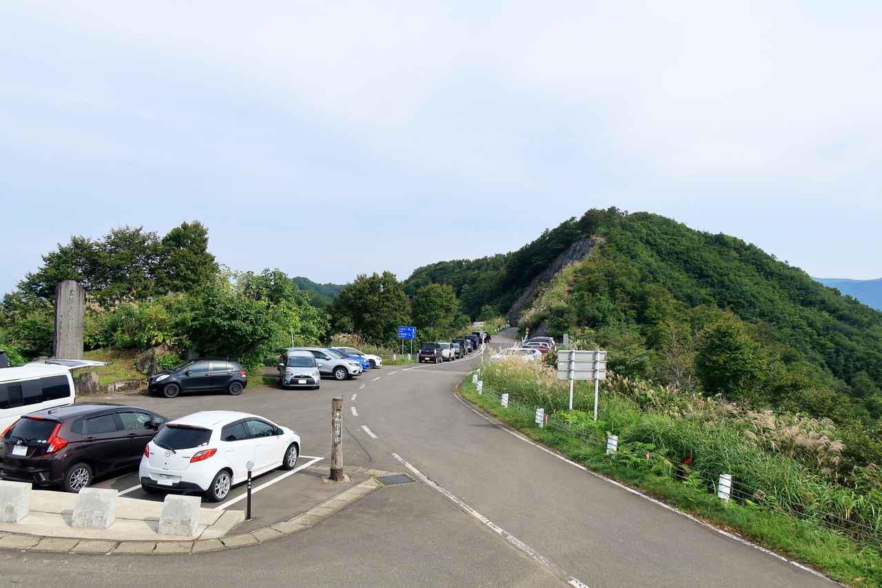 画像: 枝折峠の駐車場。標高は1065メートル。ここまで走った対価として絶景を期待していたが、徒歩でしばらく登山をしないと特に何も見えないらしい。
