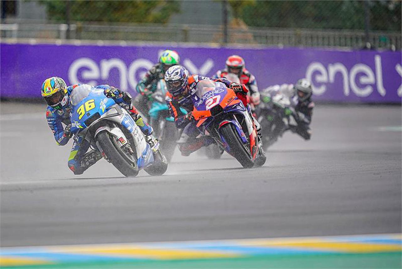 【不沈艦】雨のレースで目立つ! MotoGP『チーム・スズキ・エクスター』のGSX-RRとライダー2人がタフすぎです!?【100%スズキ贔屓のバイクレース⑦/モトGP】