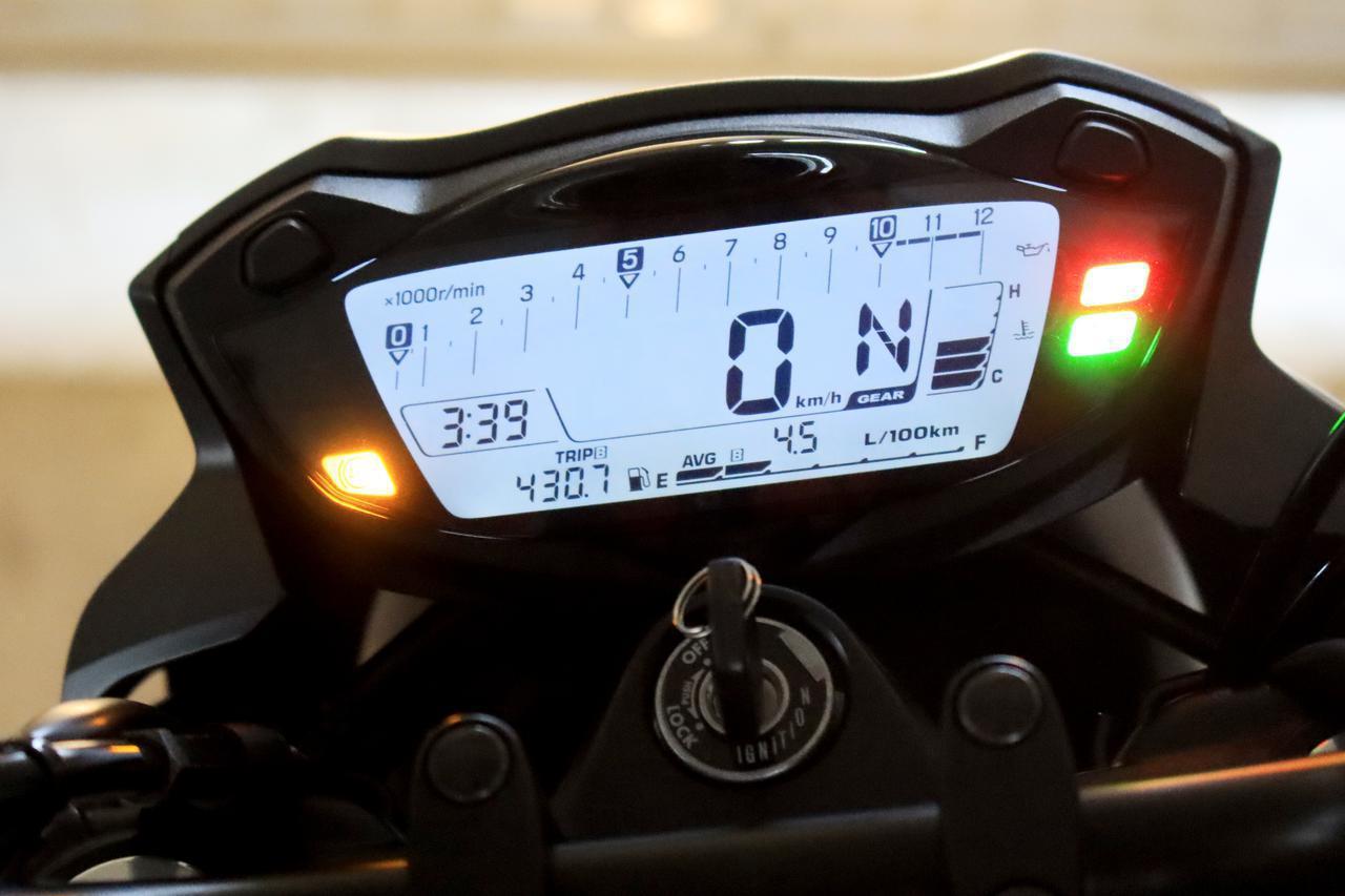 画像: 表示しているのは、平均燃費計。100kmあたり何リットル消費しているか、と表示するタイプ。この写真の撮影時は4.5L/100km。換算すると22.2km/L。