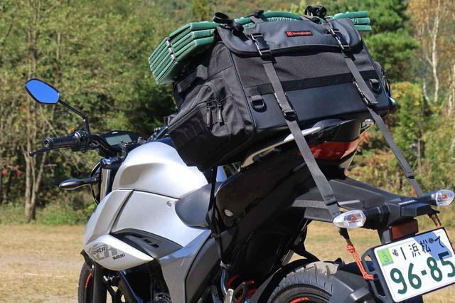 画像: シートバッグはノーマル状態では積めなかったため、ナンバープレートに荷掛箇所を増設するアイテムを使っています。