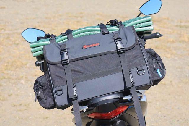 画像: 積載したバッグはヘンリービギンズの防水シートバッグ「ツーリングシートバッグWR DH-733」(税別22000円)。
