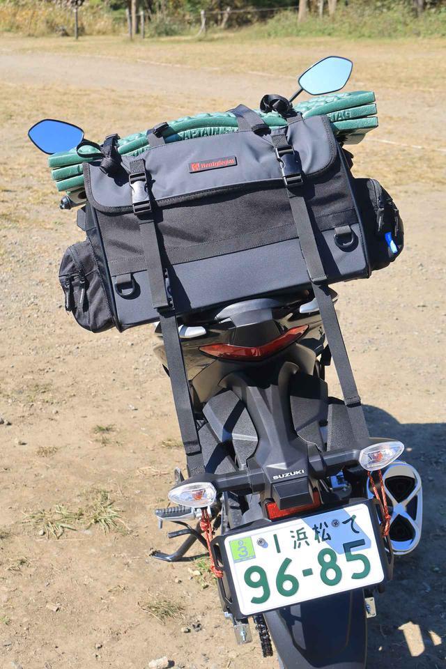 画像4: 『ジクサー150』でキャンプ道具を運ぶ積載方法の一例