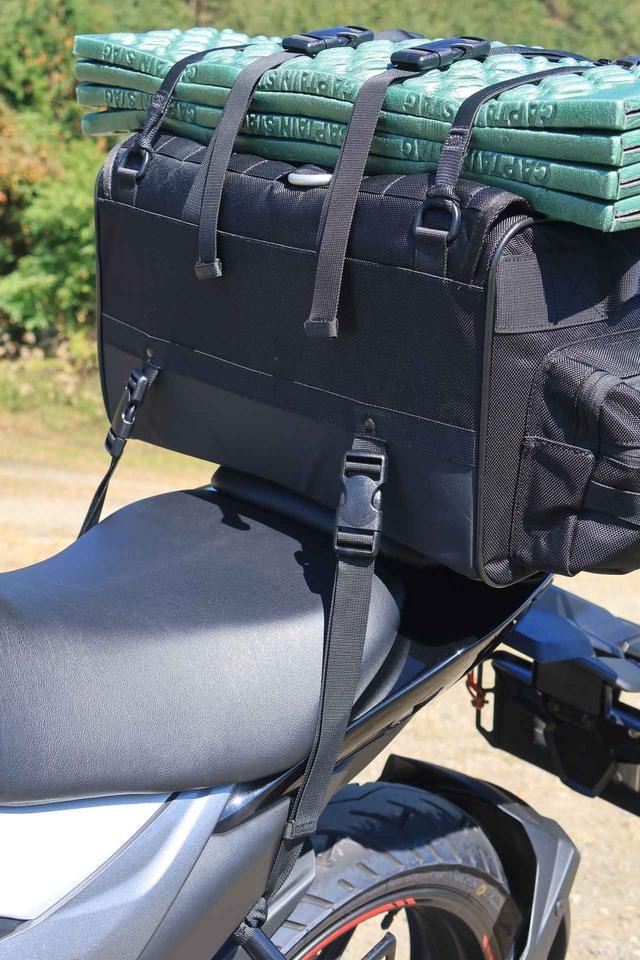 画像: 前側の取り付けベルトは、タンデムステップのステー(パイプ)に留められます。