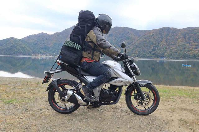 画像: 容量40Lのシートバッグをリアシートに積み、さらに40Lのザックを背負うことで、普段のキャンプ道具を何ひとつ減らすことなく何とか実現。
