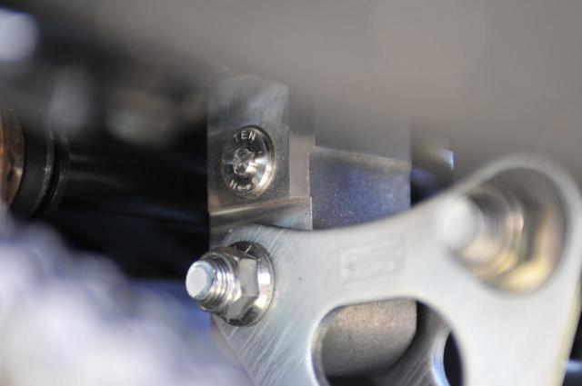 画像: GSX-S1000Fのリアサスペンションは伸び側減衰の調整ができます。