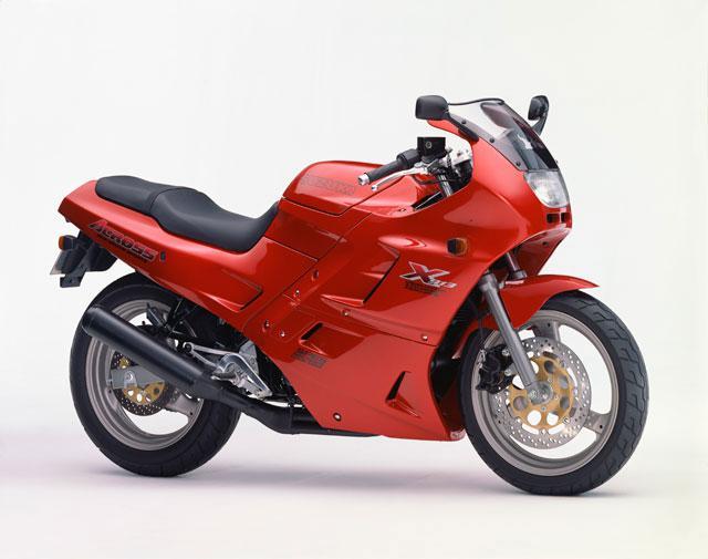 画像1: タンクにヘルメットが入るのが画期的だった250ccバイク!