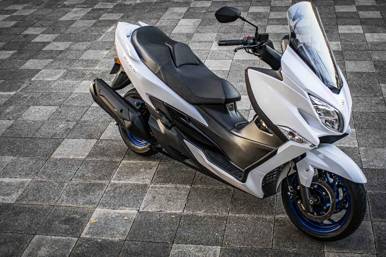 画像1: いま乗れる250cc~400ccのバイク選びで、スズキの『バーグマン400』っていうスクーターはアリなの? - スズキのバイク!