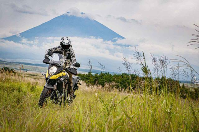 """画像: オフロードで乗り込むほど身体の一部に!これは""""冒険バイク""""のひとつの答え!? - スズキのバイク!"""
