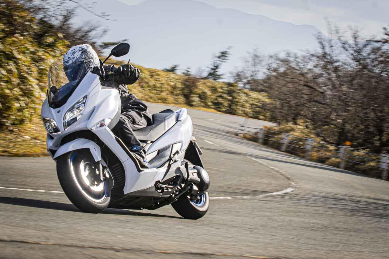 画像: 250ccには真似できない! スクーターも400ccのパワーがあると話が変わってくるらしい…… - スズキのバイク!