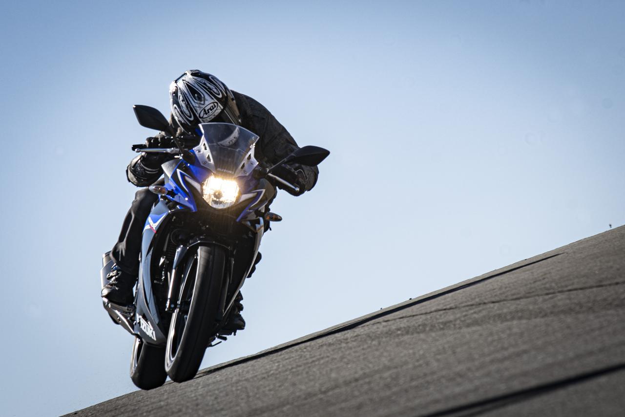 画像: スズキの『GSX250R』はフルカウルなのにネイキッドみたいに運転しやすい! - スズキのバイク!