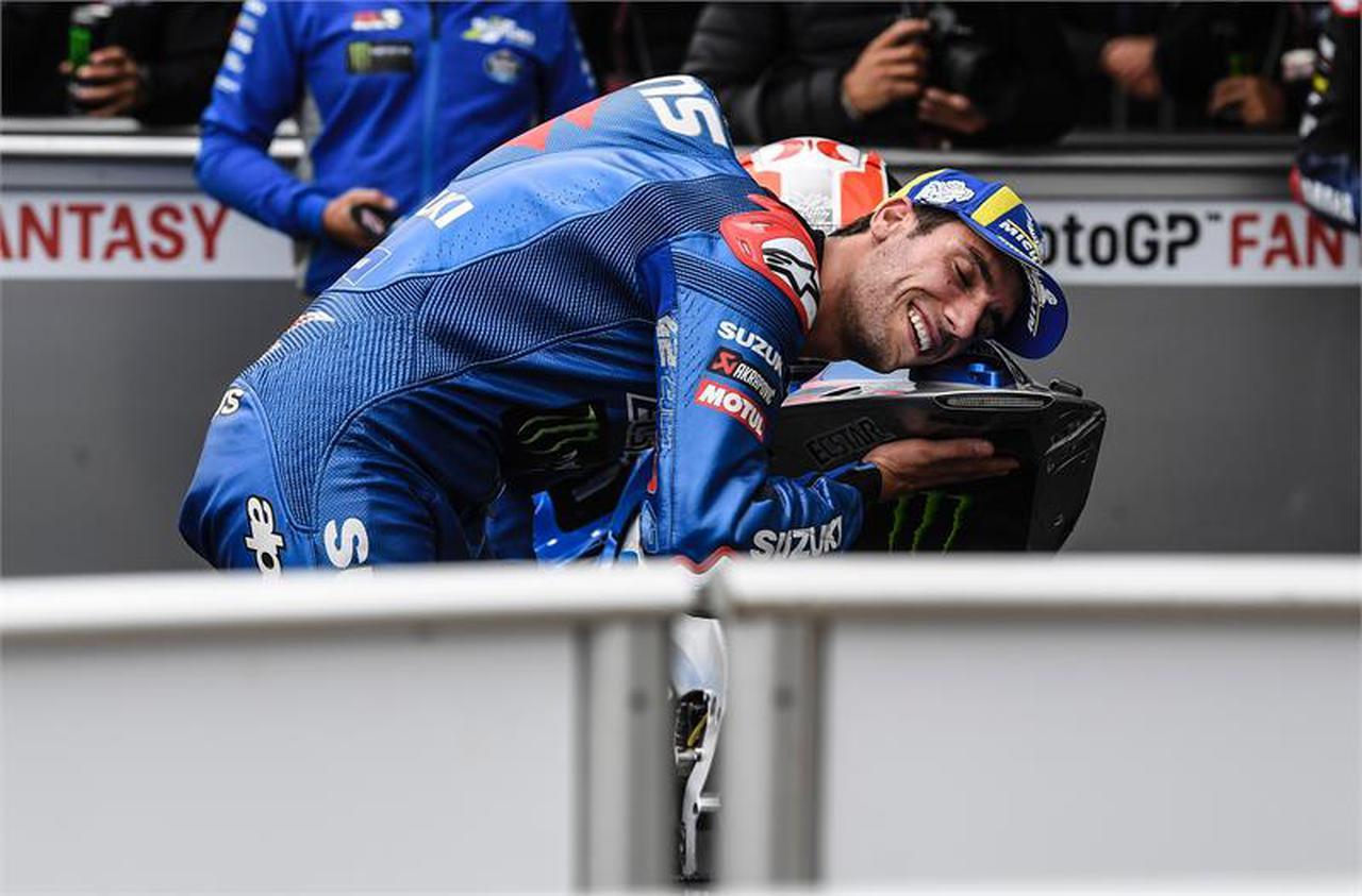 画像: 【感無量】アレックス・リンス復活!? 0.013秒差で逆転勝利を決めた想い出のイギリスGPで2位表彰台獲得! - スズキのバイク!