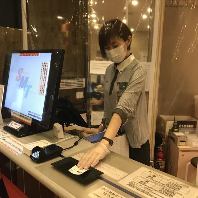 画像: 東劇の従業員は、マスク及び手袋着用