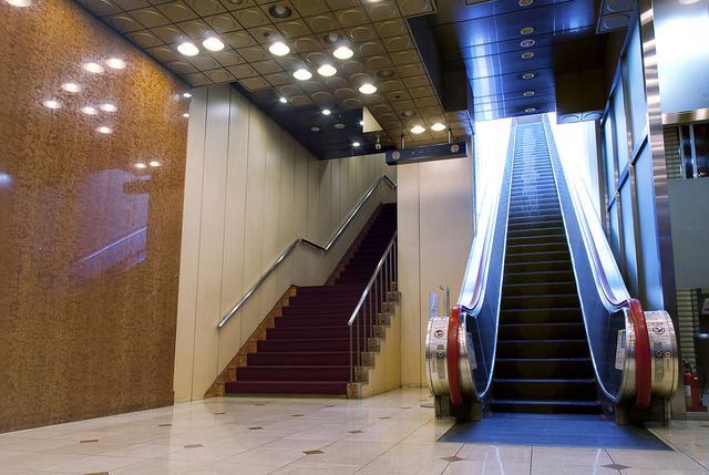 画像: 東劇・1Fエスカレーター