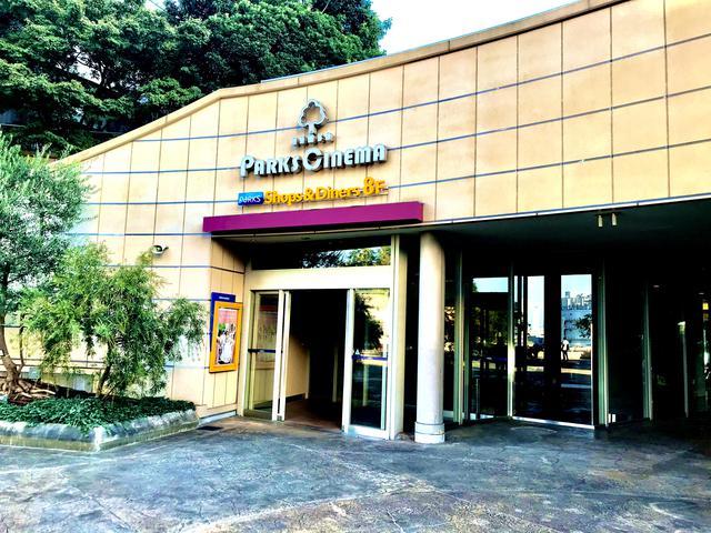 """画像: 【なんばパークスシネマ】 """"公園の中のシネコン""""をコンセプトに2007年より開館。 なんばパークス6F~9Fに構える11スクリーンの映画館。 映像・音響にこだわったハイクオリティな設備を完備。 隣接するパークスガーデンは、国内外からの高い評価を受けており、緑豊かな""""都市の公園""""として、映画鑑賞の合間のリフレッシュにも最適です。"""