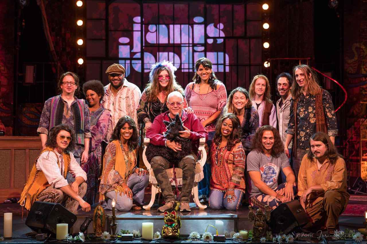 画像: 『ジャニス・ジョプリン』出演者と脚本・演出(舞台版)を務めたランディ・ジョンソン氏による集合写真 ©Jason Niedle