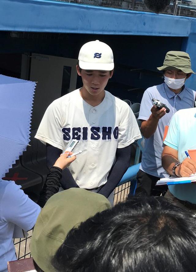 画像: 試合後、取材陣に対応する静岡商エース高田琢登