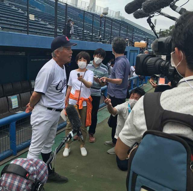 画像: カメラの前でコメントする聖隷クリストファーの上村敏正監督