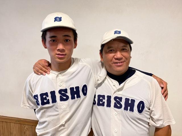 画像: 最後の公式戦を終え、父親でもある高田晋松監督(右)と肩を組む静岡商エース高田晋松