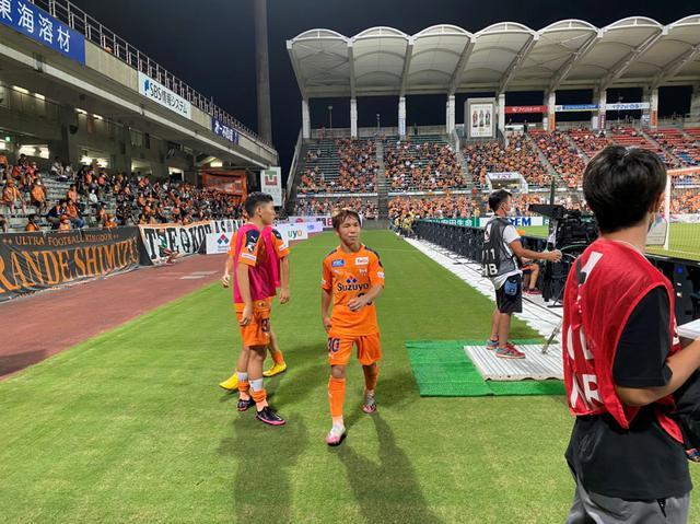 画像: 交代でピッチを離れる清水エスパルスFW金子翔太。前半終了間際には、チームに先制点をもたらした。