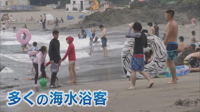 画像3: 海水浴場「閉鎖」でも詰めかける多くの人々 ライフセーバー「もしもの時は最善尽くす」 静岡・河津町
